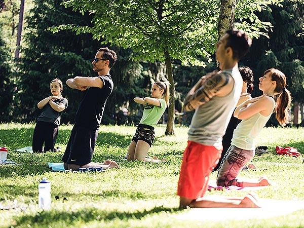 Brezplačna vadba v parku prekrižane roke