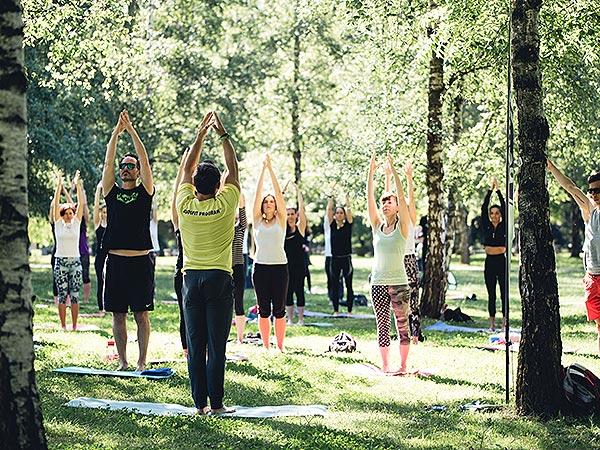 Brezplačna vadba v parku roke v zrak