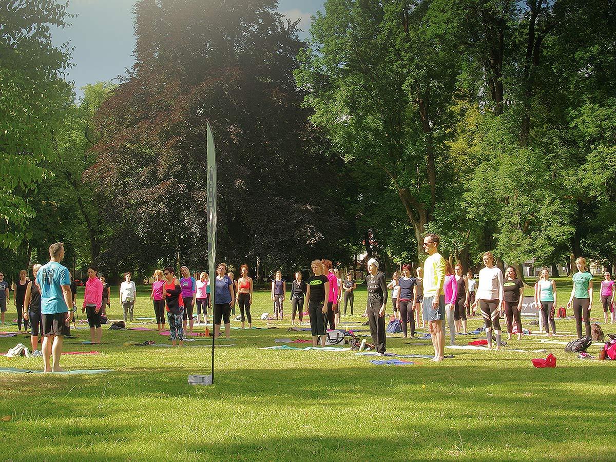Zbiranje v parku pred vadbo